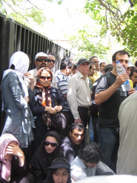 مردم در پیاده رو - ضلع شمالی خیابان طالقانی، نرسیده به میدان فلسطین