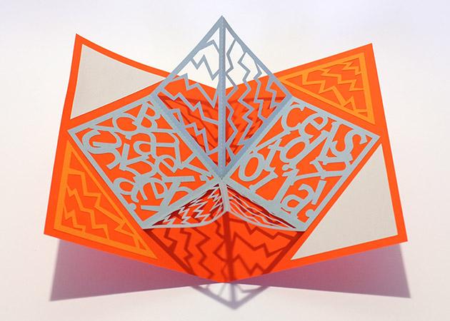 Carré plié d'anniversaire personnalisé avec motifs zig-zag sur fond orange. Carte vue de dessus