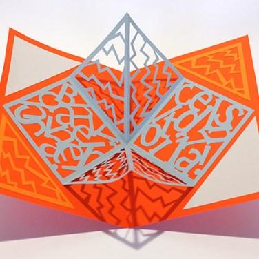 Carré plié d'anniversaire personnalisé, motifs zig-zag, fond orange. Vue de dessus