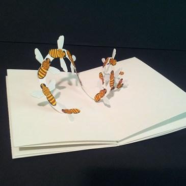 """Livre-anniversaire """"Apiculture"""", pop-up nuée d'abeilles"""