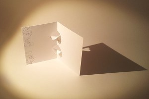 Carte kirigami Ginkgos avec frise dessinée, profil