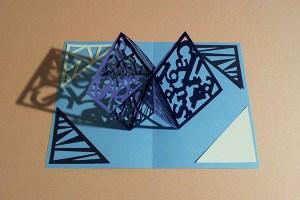 Carré d'anniversaire abstrait bleu, avant montage
