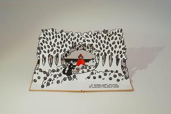 Projet de livre pop-up, page 5, vue de face avec le loup et Chaperon rouge dans la forêt