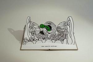 """Projet livre pop-up """"Variation pour un loup et un jardin potager"""", potager avec ver dans un chou, face"""