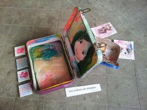 """Les valises de simples par Sophie Hiéronimy, exposition """"Qu'est-ce qu'on trimballe, Valises d'artistes"""" – Cie L'Emporte Pièces."""