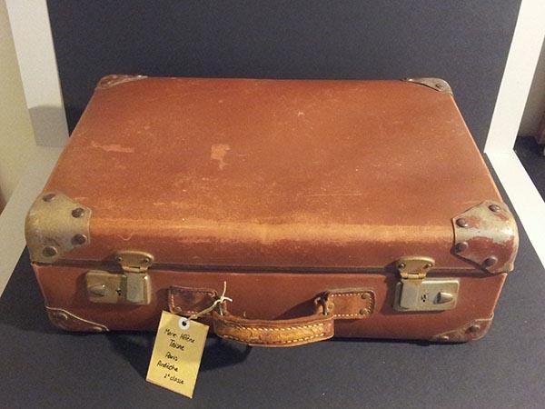 """Paris-Ardèche, 2ème classe, valise créée par Marie-Hélène Taisne/MHT Pop up pour l'exposition """"Qu'est-ce qu'on trimballe, Valises d'artistes"""" – Cie L'Emporte Pièces."""