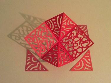 Pop-up carré d'anniversaire, nouveaux motifs, cercles rouges. Carré découpé avec triangles