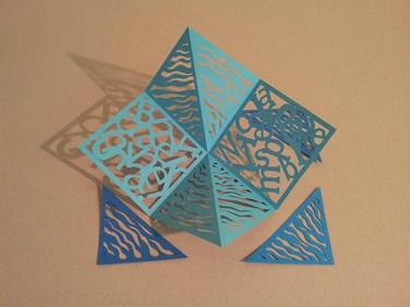 Pop-up carré d'anniversaire, nouveaux motifs, ondes bleues. Carré découpé avec triangles