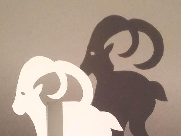 Décorations de Noël, motif bouquetin, en papier blanc, détail, vue de côté avec ombre projetée