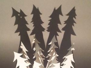 Décorations de Noël, motifs sapins penchés, papier blanc, vue de dessus