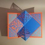 Pop-up Carré plié d'anniversaire, motifs abstraits ondes bleues, fond gris