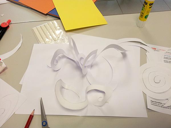 Maquette en blanc de carte avec spirales croisées en cours d'élaboration