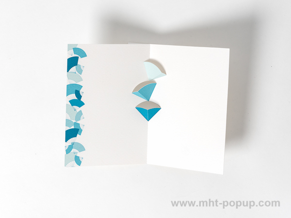 Carte kirigami motif Eventails avec frise dessinée bleue, intérieur vu de dessus