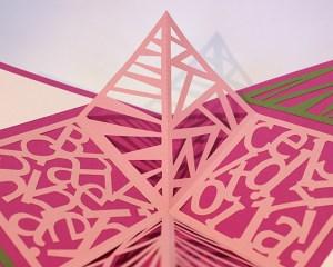 Carré plié d'anniversaire personnalisé, motifs triangles, fond fuschia. Détails des motifs