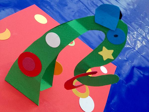 Atelier pop-up à la Foire des svoir-faire solidaires de Saint-Denis autour de l'univers de Calder et de ses mobiles, une réalisation
