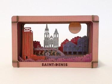 Diorama de Saint-Denis en carton brut coloré avec des techniques variées, vue de face