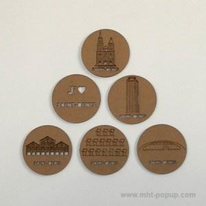 Magnets en carton brut avec motifs gravés du patrimoine de Saint-Denis. Modèle stickers autocollants