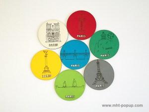 Magnets en couleur avec motifs gravés du patrimoine de Paris (Tour Eiffel, Notre Dame, Tuileries, Bastille, Buttes Chaumont, Seine, colonne Morris). Vue d'ensemble