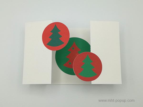 Carte de vœux à volets, vue de dessus carte ouverte sapins verts sur fond rouge et motif central inversé variante 2