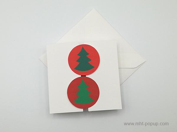 Carte de vœux à volets, vue de dessus carte fermée avec enveloppe, variante sapins verts