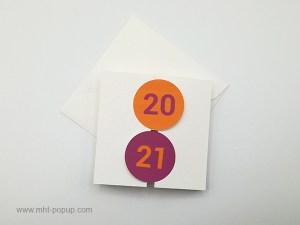Carte de vœux à volets 2021, version violine-orange, vue dessus carte fermée avec enveloppe