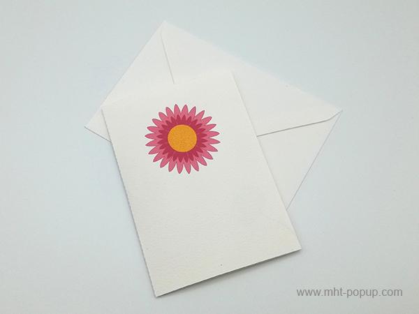 Carte pop-up Marguerite rose, vue de dessus de la carte pliée avec enveloppe