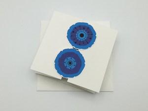 Carte à volets, motifs de fleurs de pavot bleu, vue de dessus carte fermée avec enveloppe