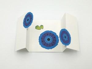 Carte à volets, motifs de fleurs de pavot bleu, vue de dessus carte ouverte