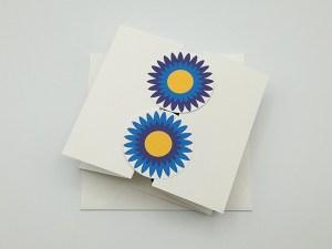 Carte à volets, motifs de fleurs de marguerite bleue, vue de dessus carte fermée avec enveloppe