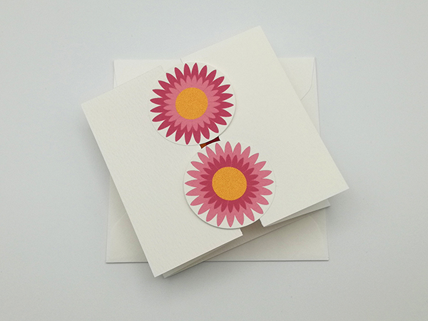 Carte à volets, motifs de fleurs de marguerite rose, vue de dessus carte fermée avec enveloppe