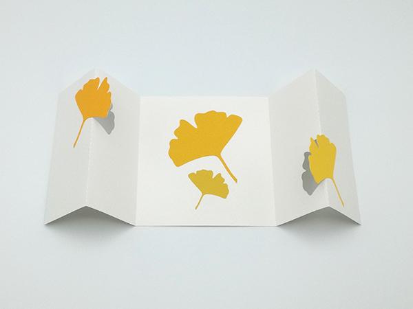 Carte à volets, motifs ginkgos en camaïeu jaune, carte dépliée