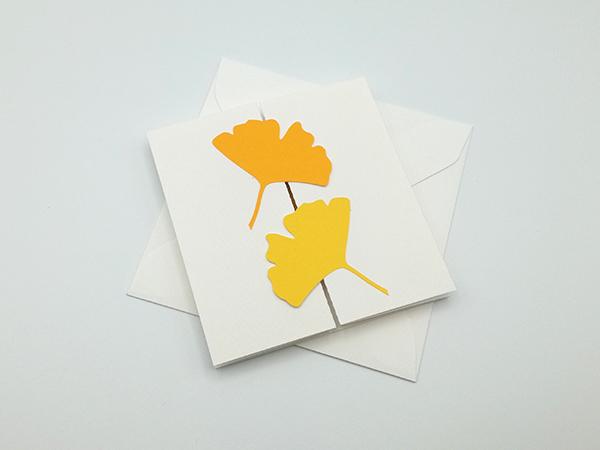 Carte à volets, motifs ginkgos en camaïeu jaune, carte et enveloppe