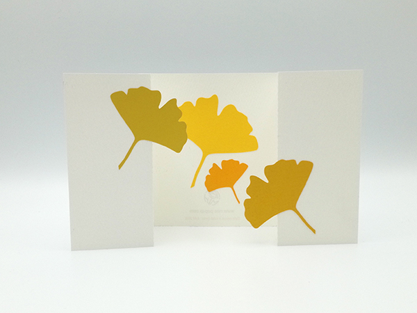 Carte à volets, motifs ginkgos en camaïeu jaune, carte dépliée vue de face