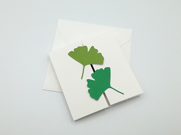 Carte à volets, motifs ginkgos en camaïeu vert, carte et enveloppe