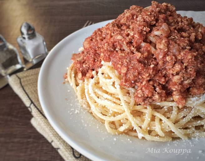 Spaghetti with meat sauce (Μακαρόνια με κιμά)