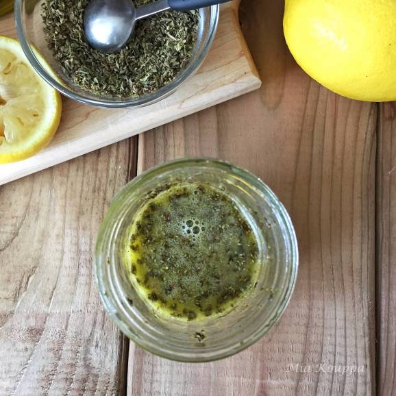 Olive oil and lemon sauce. An easy and delicious recipe of only 3 ingredients, to liven up your grilled meat or fish.
