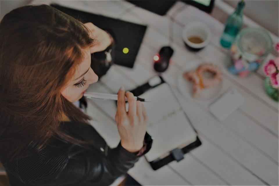 Frau_nachdenken_Visionboard_Planung