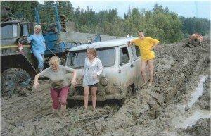 Mujeres y su carro enlodado