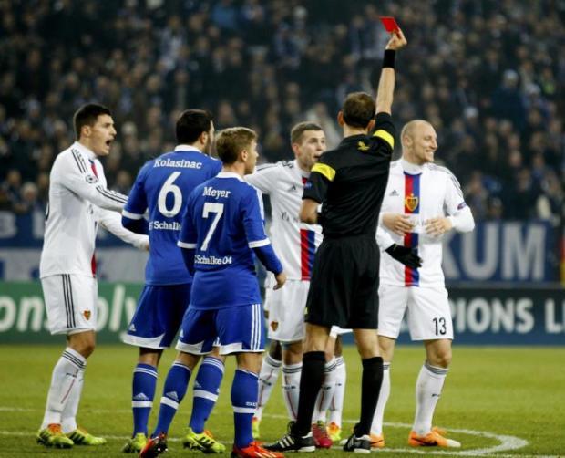 El colegiado italiano Tagliavento muestra la cartulina roja a Ivanov ante la incredulidad de sus compañeros. Foto: Getty Images.
