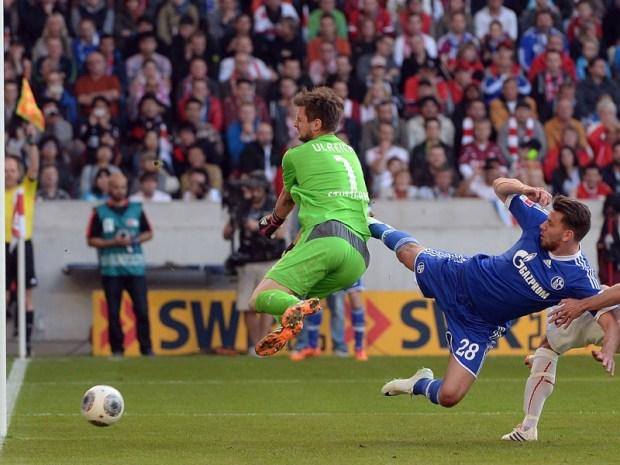 Aunque Szalai ya había batido a Ulreich, el juez de línea acabaría anulando el que podría haber sido el segundo gol para el Schalke. Foto: Getty Images.