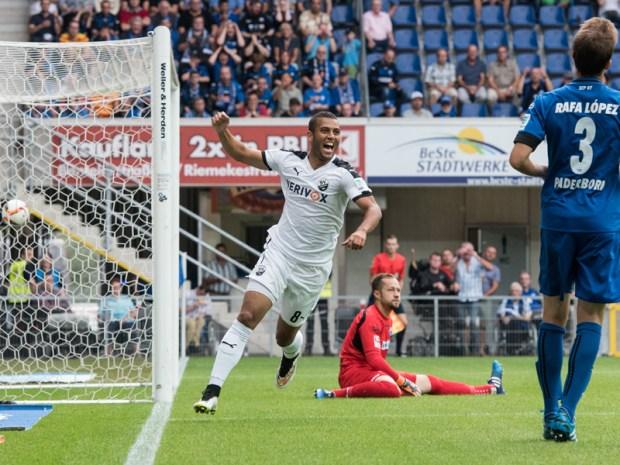 Andrew Wooten (de blanco, N° 8) celebra uno de sus 2 goles en la arrasadora victoria de visita en Paderborn. Foto: kicker.de