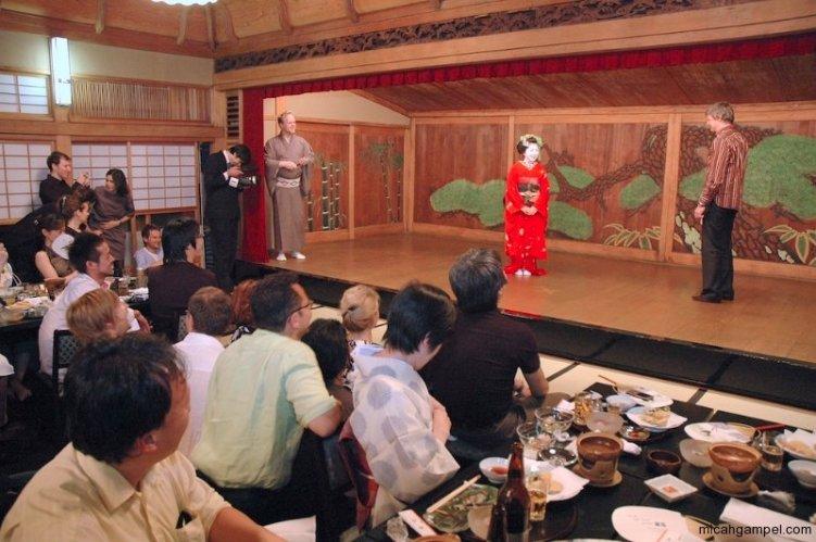 peter-macintosh-mc-sony-ericsson-event-kyoto-june-2007-micah-gampel-copy