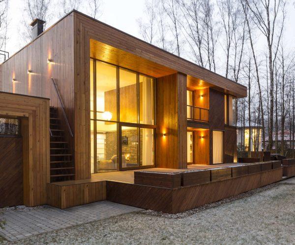Casas-de-madera-de-dos-pisos-ubicada-en-el-campo