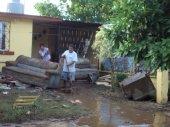 Doña Chepa Cóbix y su esposo; a los dos días de la inundación