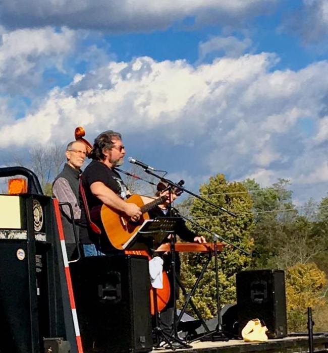 Molly's Mutts perform for the Rootbound Farm Tour