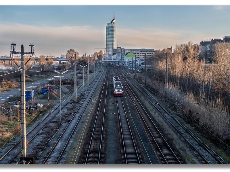 Blick auf die Schnellbahn (Vorortelinie S45), Wien Brigittenau, im Hintergrund der Millenium Tower