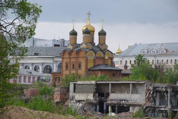 Собор иконы Божией Матери «Знамение» в Зарядье. Снято сквозь дырку в заборе со стороны бывшей гостиницы «Россия», рядом видно то, что от неё осталось ;-)