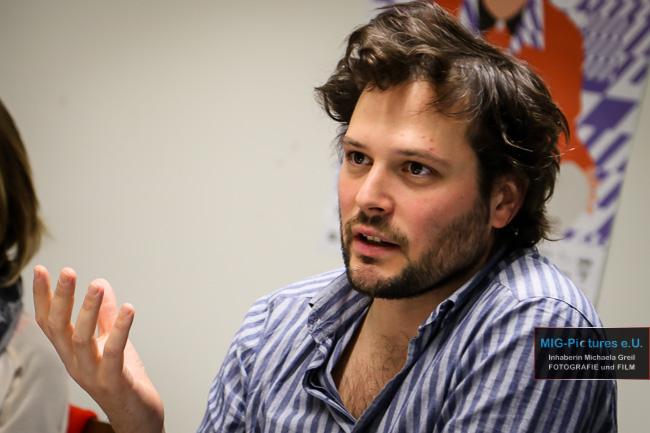 """6D/Youki-OÖNachrichten-Artikel: Backstage mit Sebastian Brameshuber – """"Ich habe mir nie gedacht: Ich muss Regisseur werden"""""""