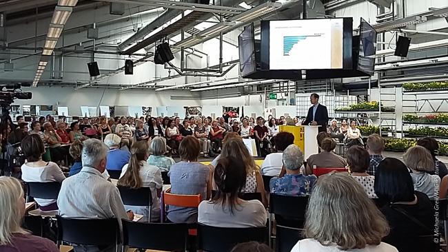 """Fotos/Artikel/Fb: 900 Blumen für 900 Menschen auf der Flucht im ehem. PVZ Linz – Impressionen: """"2. HelferInnenkonferenz – Österreichs größter Konferenz zum Thema Flucht und Integration"""""""
