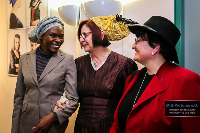 """6D/Fotostrecke: Vernissage – Fotoausstellung """"Die weibliche Kopfbedeckung aus aller Welt"""", Rathaus Traun, 1.2.2017 – Presse- & Veranstaltungsfotografie für Haus der Frau Linz"""